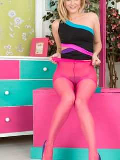 Blonde Vanessa Scott teases in her pink tights