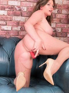 Holly Kiss shows pussy lips in her pantyhose