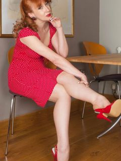 Red XXX spreads in her vintage full fashion nylons