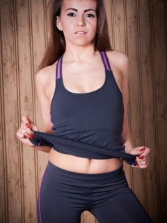 Sara Parker poses and takes off her yoga outfit