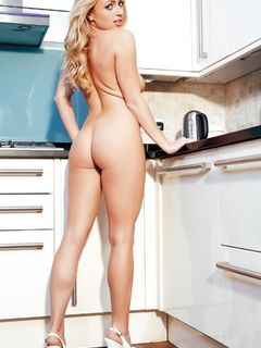 Beauty Holly Gibbons strips off in the kitchet