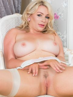 Big tits Penny Lee in stockings teasing in her bed