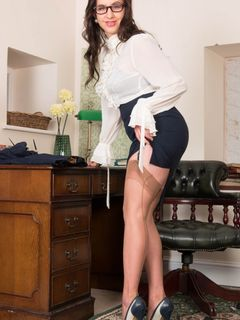 Curvy secretary Tindra Frost strips and spreads
