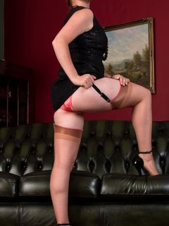 Redhead babe Jessica Rose teases in vintage nylons