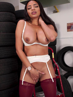Hot Ruby Summers spreads her cunt in a car service
