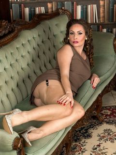 Curvy Sophia Delane spreads in nylons and heels