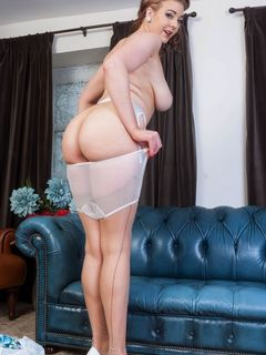 Beauty big tits babe Sapphire Blue strips off